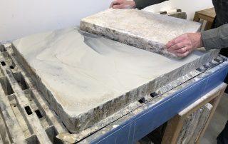 Schuren van de lithografische steen (foto Rudy De graef)