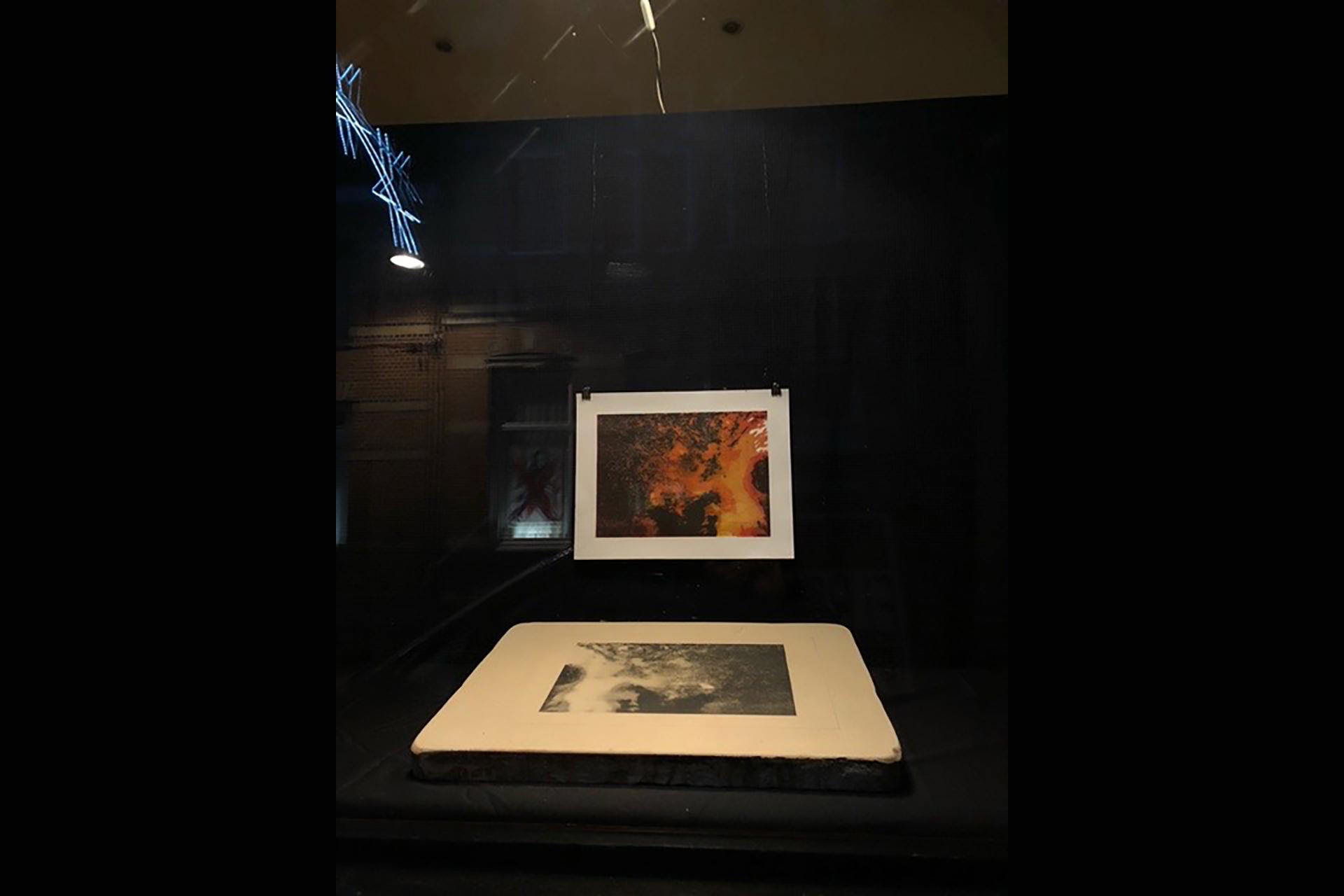Vuursteen, litho en steen op de tentoonstelling 'Achter Glas' (foto G. Pille)